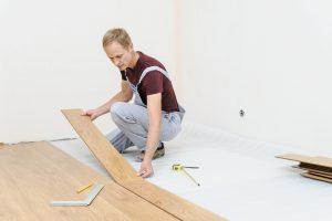 Onde usar piso laminado de madeira? Veja 3 exemplos e os cuidados essenciais